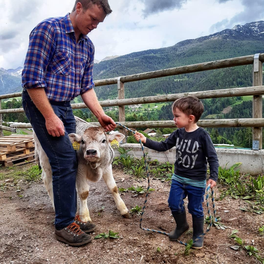 Emil e Martin con un vitello appena nato